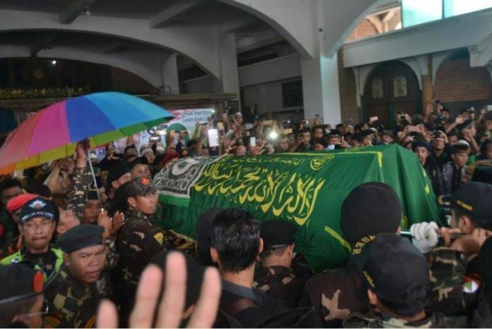 GOTONG JENAZAH. Pelayat ikut menggotong jenazah Enthus Susmono saat akan dimakamkan di Sanggar Satria Laras, Kecamatan Talang, Tegal, Jawa Tengah, Selasa (15/5). Hermas Purwadi-Radar Slawi