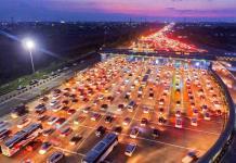 ONE WAY. Suasana gerbang tol Cikarang Utama, polisi telah memberlakukan system satu arah atau one way traffic di tol Jakarta-Cikampek (Japek) dan Cikopo-Palimanan (Cipali). Raka Denny-Jawa Pos