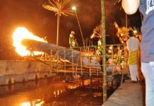 MERIAM. Sejumlah warga menyulut meriam saat menyambut Idul Fitri, Kamis malam (14/6). Humas Pemkot for RK