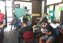 DIANGKUT. Delapan anak jalan diangkut Satpol PP Kota Pontianak saat berada di Jalan Diponegoro Pontianak, Selasa (26/6) pagi--Maulidi Murni.