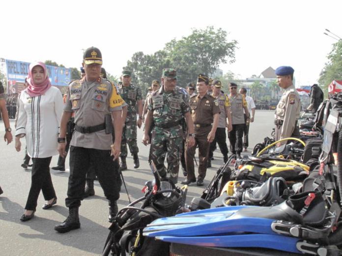 PERIKSA. Irjen Pol Didi Haryono didampingi Mahmudah memeriksa pasukan dan peralatan saat apel gelar pasukan Operasi Ketupat Kapuas 2018 di Jalan Rahadi Oesman, Pontianak, Rabu (6/6). Maulidi Murni-RK