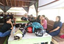 USAI NYOBLOS. Sejumlah warga Desa Antan, Ngabang singgah istirahat di warung kawasan penghijauan Desa Mandor yang akan kembali ke Kota Pontianak, Rabu (27/6). Antonius-RK