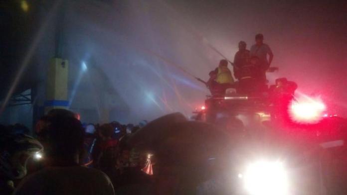 Berjibaku. Para pemadam berjibaku memadamkan api di ruko kawasan Pasar Tengah Pontianak, Rabu (13/6). Warga for equator