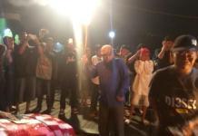 SULUT MERIAM. Ustadz Sahal Al - Mudhafary (baju biru) menyulut meriam karbit. Maulidi Murni-eQuator