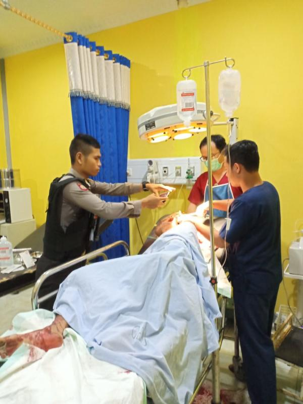 PERTOLONGAN MEDIS. Tim Medis RSUD Sekadau memberikan pertolongan medis kepada Ucil, tersangka pencurian sarang burung walet di Jalan Menterap, Selasa (26/6)--Polisi for RK