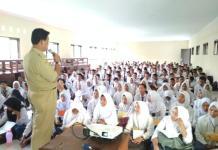 MPLS. Para siswa-siswi baru di SMK Negeri 4 Pontianak mengikuti masa pengenalan lingkungan sekolah, Senin (9/7). Suci Nurdini Setiowati-RK