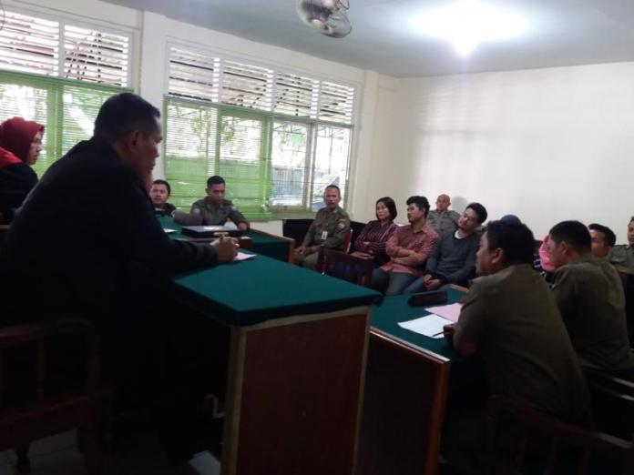 SIDANG. Para penghuni kos yang terjaring razia menjalani proses sidang tipiring di PN Pontianak, Kamis (12/7)—siang--Andi Ridwansyah
