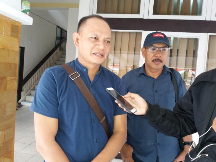 DATANGI KPU. Al-Husaini dan Tajudin ketika ditemui di kantor KPU Kalbar, di Jalan Subarkah, Pontianak, Selasa (10/7). Andi Ridwansyah-RK