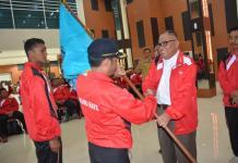 Penyerahan Bendera. Bupati Kubu Raya, H Rusman Ali menyerahkan bendera Kubu Raya sebagai tanda pelepasan atlet Popda Kubu Raya. Humas for Rakyat Kalbar