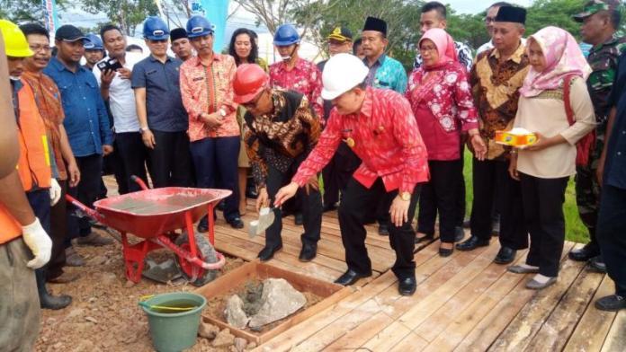 Peletakan Batu Pertama. Pembangunan gedung RSUD Kubu Raya dimulai dengan peletakan batu pertama oleh Wabup Hermanus, Ketua DPRD Kubu Raya, Bambang Ganefo Putra di Kecamatan Rasau Jaya, Jumat (6/7). Syamsul Arifin/RK.
