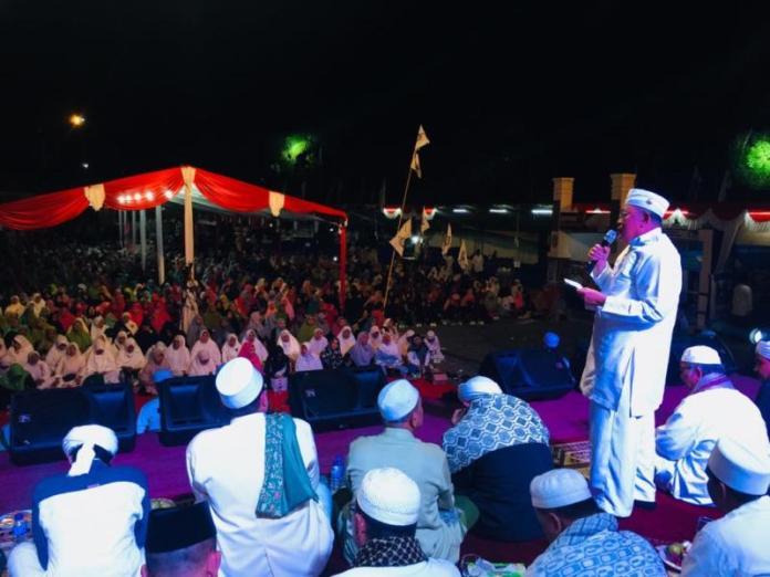 Sambutan. Bupati Kubu Raya, H Rusman Ali memberikan sambutan dalam acara Dzikir Akbar di halaman Kantor Bupati Kubu Raya, Minggu (8/7) malam. Syamsul Arifin/RK.