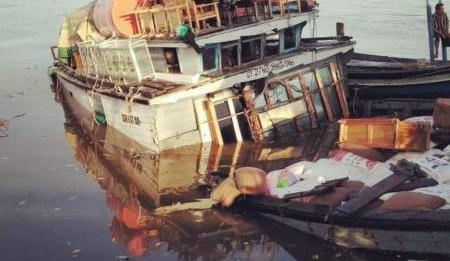 Karam. KM Air Intan karam saat bersandar di dekat ponton di pelabuhan pasir di Teluk Batang, Senin (16/7). Warga for Rakyat Kalbar