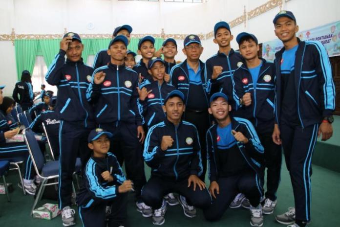 FOTO BERSAMA. Sutarmidji berfoto bersama para atlet yang siap berlaga di Popda Tingkat Provinsi di Aula Rumah Dinas Wali Kota Pontianak, Jumat (13/7). Maulidi Murni-RK