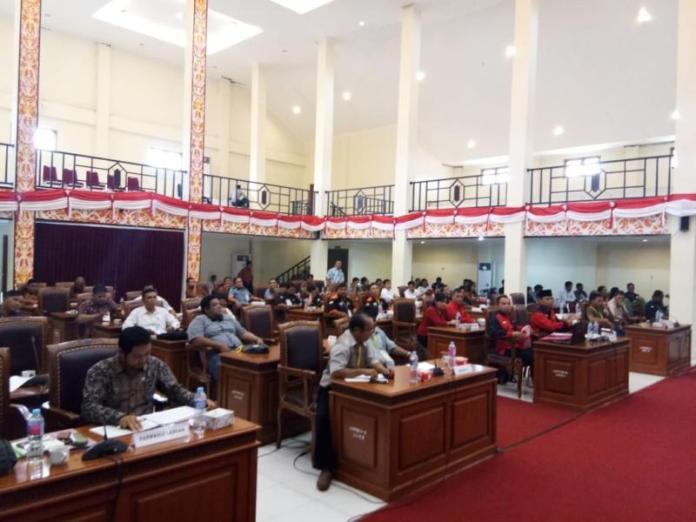 REKAPITULASI PILGUB 2018. Suasana rapat pleno penetapan penghitungan suara di tingkat kabupaten Landak untuk Pilgub Kalbar 2018, di aula kantor DPRD Landak, Kamis (5/7). Antonius-RK