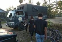 DIGIRING. Petugas menggiring TD dan SY dari kosnya untuk dibawa ke Mako Sat Pol PP Kota Pontianak, Kamis (19/7) pagi--Andi Ridwansyah
