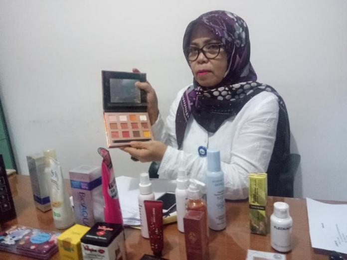 KOSMETIK ILEGAL. Plh. Kepala Balai BPOM Pontianak, Ida Lumongga menunjukan salah satu kosmetik ilegal dan mengandung bahan berbahaya yang disita di kantornya, Selasa (24/7)--Ambrosius Junius-RK