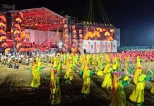 PEMBUKAAN PESPARAWI. Ratusan penari mengenakan pakaian adat suku-suku di Kalbar memeriahkan pembukaan Pesparawi Nasional ke XII Tahun di Stadion SSA Pontianak, Senin (30/7). Rizka Nanda-RK