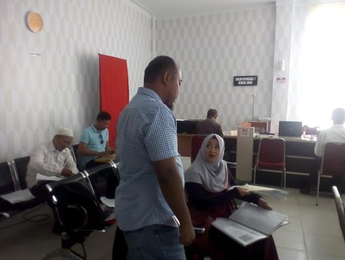 NYALEG. Para Bacaleg mengurus SKCK di Ruang Pelayanan SKCK Polres Singkawang, Senin (9/7)--SUHENDRA RK