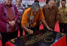 RESMIKAN VIHARA. Bupati Jarot Winarno meresmikan gedung baru Vihara Maitreya Agung Sintang, Minggu (22/7). Benidiktus Krismono-RK
