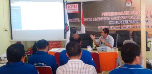 Ketua KPU Kabupaten Sanggau, Sekundus Ritih, menjelaskan kepada para bakal Caleg soal mekanisme pendaftaran, Selasa (17/6)—Kiram Akbar