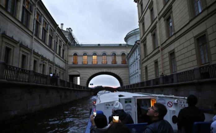 TUR KAPAL. Para Wisatawan menikmati keindahan sungai di Saint Petersburg, Rusia, saat menaiki wisata tur kapal selama sejam dengan harga 800 rubel, Senin (9/7). Angger Bondan-Jawa Pos