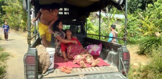 HENDAK MELAHIRKAN. Antonia Supriyani ketika dibawa menggunakan mobil dinas Koramil 01 Bengkayang menuju rumah sakit Kamis (5/7). Kurnadi-RK