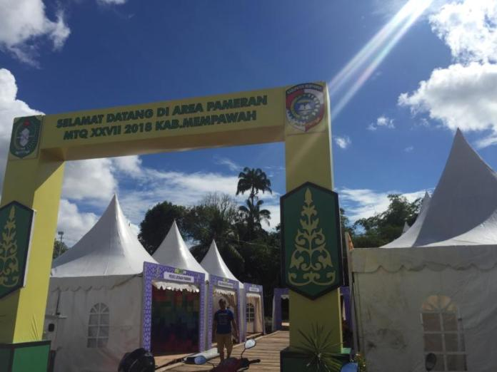 Finishing. kabupaten/kota se-Kalbar menyelesaikan pembuatan stand sebelum pembukaan MTQ XXVII tingkat Provinsi Kalbar di komplek Stadion Opu Daeng Manambon, Mempawah. Ari Sandy