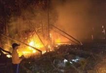 PADAMKAM API. Petugas berigdalkarhut TNBKDS bersama TNI-Polri memadamkan api di area penyangga TNDS Desa Lanjak Deras Batang Lupar, Kapuas Hulu, Jumat (13/7). Humas TNBKDS for RK