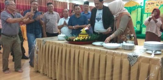 POTONG TUMPENG. AM Nasir memotong tumpeng syukuran perayaan ulang tahunnya ke 57 sekaligus, Jumat malam (13/7). Andreas-RK