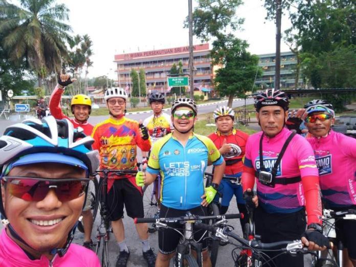 SURVEI. Tim Disporapar Kapuas Hulu melakukan survei track bersepeda Sariaman-Landjak, Sabtu (21/7). Dokumentasi DKP Kapuas Hulu.