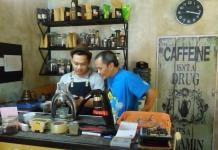 KOPI OLEH-OLEH. Bersama Darwis Harahap, penggerak konsep kopi sebagai oleh-oleh khas Deli Serdang. Jto photo