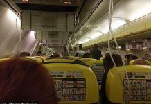 MASKER OKSIGEN BERGELANTUNGAN. Suasana di kabin Ryan Air dari Dublin menuju Kroasia saat turunnya tekanan udara dalam kabin. Facebook Miomir Todorovic