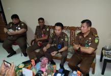 BERI BANTAHAN. AJ (dua dari kanan) memberikan keterangan kepada wartawan di kantor Kejati Kalbar, Senin (6/8). Andi Ridwansyah-RK