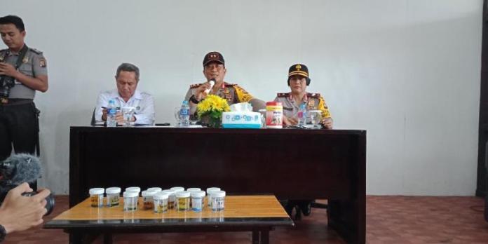 TES NARKOBA. Irjen Didi Haryono ketika menggelar tes urine di kantor Direktorat Reserse Narkoba Polda Kalbar, Selasa (31/7). Bangun Subekti-RK