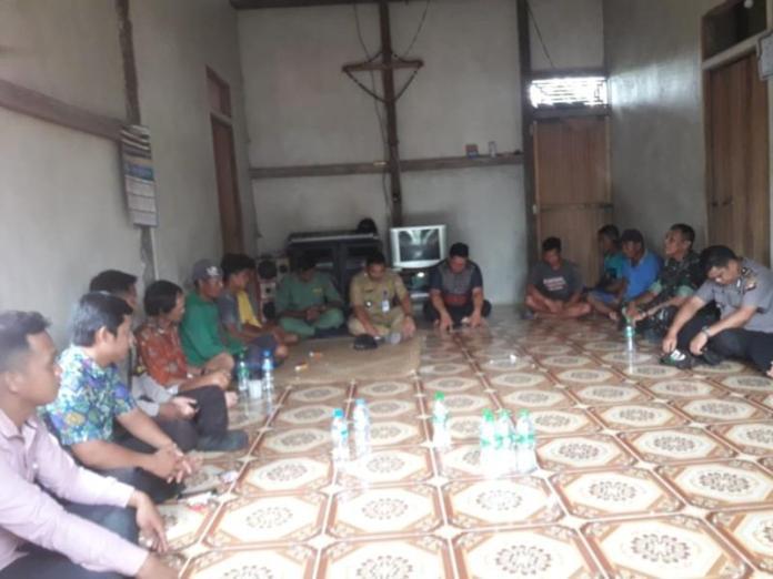 DIALOG. Daniel bersama Forkopincam Nanga Pinoh berdialog dengan masyarakat di rumah Kepala Dusun Otak Pantai Desa Tebing Kerangan, kemarin. Bain for RK