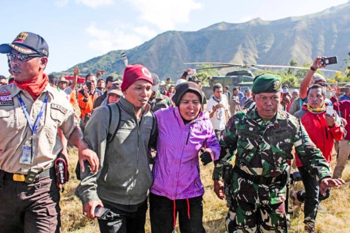 EVAKUASI LOMBOK. Tim Basarnas dibantu Danrem NTB 162 Wirabhakti (topi loreng), Kolonel CZI Ahmad Rizal Ramdani, mengangkat jenazah korban gempa dari helicopter di lapangan Sembalun, Lombok Timur, Selasa (31/7). IVAN MARDIANSYAH-LOMBOK POS