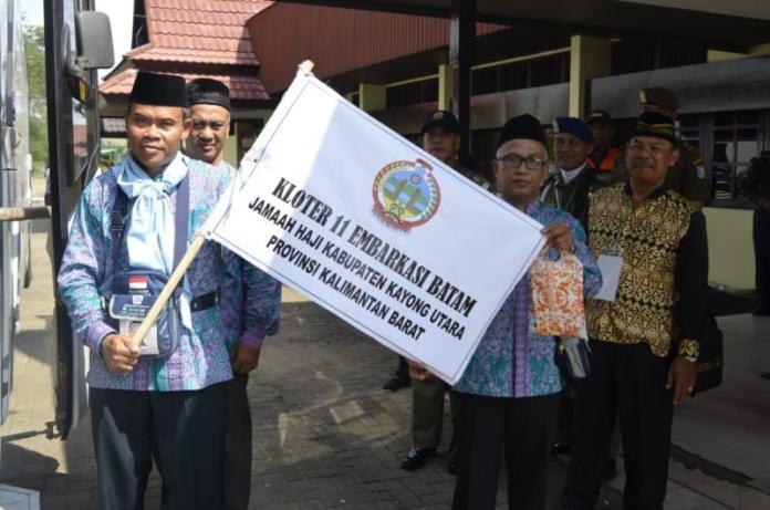Berangkat. Kamadi memimpin rombongan menuju Batam. Humas for Rakyat Kalbar