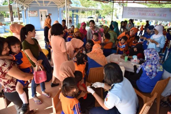 VAKSINASI. Murid TK Angkasa Lanud Supadio mendapat vaksinasi MR di Taman Edukasi Lanud Supadio, Jumat (3/8)--Penerangan Lanud Supadio for RK