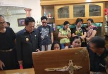 MELAYAT TOKOH. Wakil Bupati Herculanus Heriadi melayat almarhum Syahdan Anggoi di rumah duka, Senin (6/8). Humas Pemkab for Rakyat Kalbar