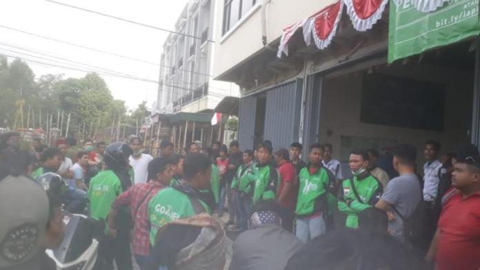 DEMO. Sejumlah driver GoJek melakukan aksi demonstrasi di kantor perwakilan GoJek, Jalan Uray Bawadi, Kecamatan Pontianak Kota, Selasa (7/8) sore--Bangun Subekti/RK