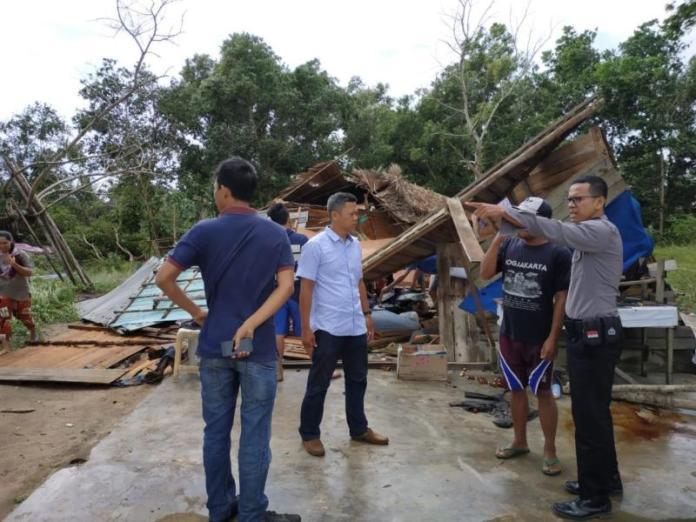 DITERJANG ANGIN. Petugas membantu rumah warga yang roboh di Pasir Panjang, Kelurahan Singkawang Selatan, Rabu (8/8). SUHENDRA-RK