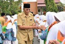 MELEPAS CJH. Bupati Jarot Winarno menjabat tangan CJH Sintang di halaman kantornya, Selasa (31/7). Benidiktus Krismono-RK