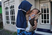 MENDERITA RUBELLA. Bayi Adilla Nafisah yang menderita Rubella digendong ibunya, Sri Utami. Sutrisno-Radar Banjarmasin