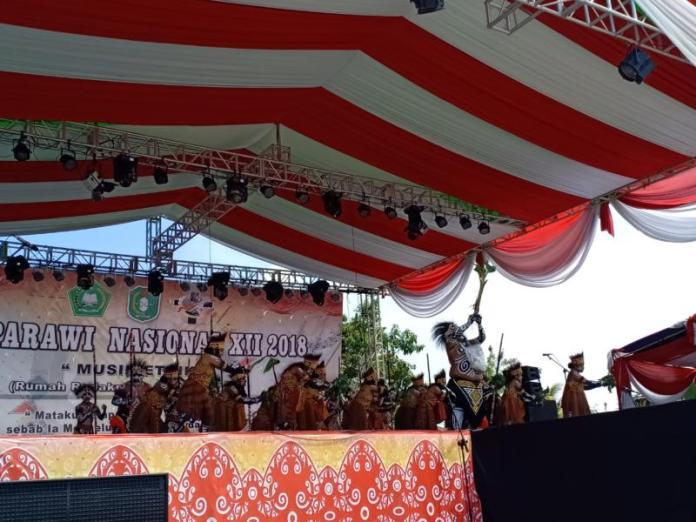 LOMBA ETNIK. Penampilan peserta dari Papua Barat pada lomba etnik di event Pesparawi XII di Rumah Radakng, Kamis (2/8). Rizka Nanda