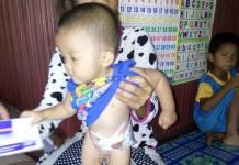 BUTUH BANTUAN. Arnita dan anaknya Rafa Rafa Fauzan Kamil dikediamannya di Dusun Liang Desa Tekelak, Pinoh Utara, Melawi, Rabu (8/8). Dedi Irawan-RK