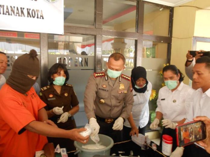DIRENDAM. Pemusnahan 956 gram sabu, 124 ekstasi, dan 0,66 gram ganja di halaman Mapolresta Pontianak, Rabu (15/8). Andi Ridwansyah-RK