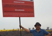 SEGEL. Tim Kementerian KLH menyegel lahan terbakar di salah satu area perusahaan perkebunan di Kubu Raya, kemarin. Kementerian LHK for RK