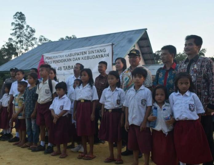 BERSAMA MURID. Askiman berfoto bersama para murid SDN 46 Tabau Desa Swadaya Kecamatan Ketungau Tengah, Minggu (26/8). Benidiktus Krismono -RK.