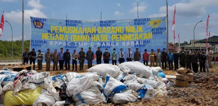 PEMUSNAHAN. Sejumlah pihak bersiap memusnahkan barang milik negara di KPPBC TMP C Nanga Badau, Kecamatan Badau, Kamis (9/8)--Humas Setda KH for RK