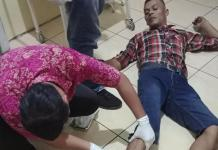 Agus Black merintih kesakitan saat diberi pertolongan medis di Rumah Sakit Anton Soedjarwo Bhayangkara Polda Kalbar